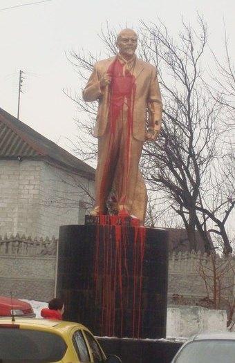 В Борисполе неизвестные облили краской памятник Ленину