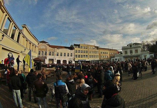 Ужгородские студенты во время митинга на площади Театральной