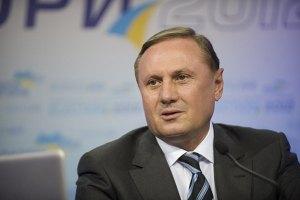 Ефремов заявил, что менять Азарова на посту премьера пока не будут