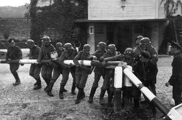 Немцы уничтожают польско-данцигскую границу в районе Сопота 1 сентября 1939 г.