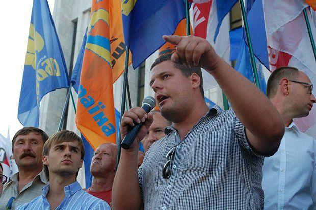 Іллєнко прийшов у політику у 15, ще в школі, і за десять років пройшов шлях від розклеювача агітації до народного депутата