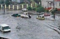 По затопленным из-за дождя улицам Одессы проплыл катер