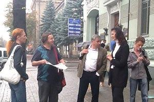 Оппозиция просит власть прекратить давление на издание Авакова