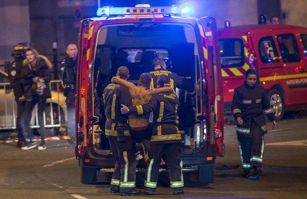 Скорая помощь эвакуирует раненого на стадионе Стад де Франс