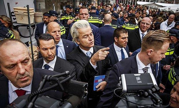 Лидер правой Партии Свободы(PVV) Герт Вилдерс(в центре) агитирует против ассоциации с Украиной