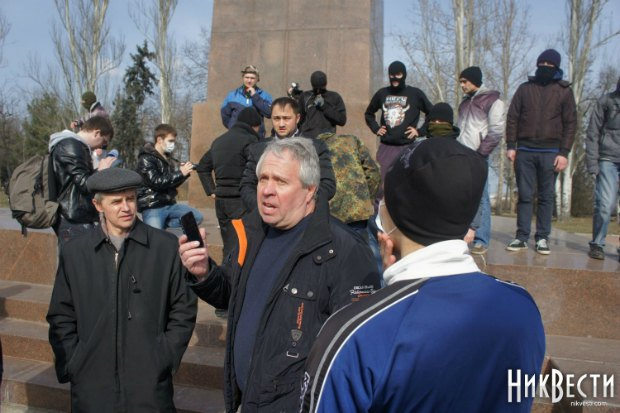 Сергій Ісаков (з телефоном) під час демонтажу пам'ятника