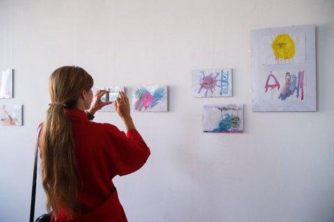 В Днепропетровске проходит выставка анонимной художницы Kinder Album