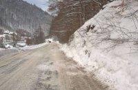 Снежная лавина сошла на дорогу на Закарпатье