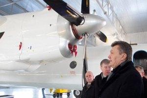 Янукович осмотрел техцентр по обслуживанию самолетов