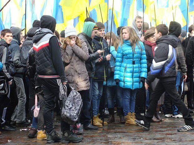 Школьники на этом же митинге