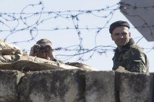 В Бахчисарае вооруженные люди захватывают военную часть