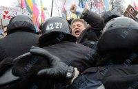 """Сторонники Тимошенко сломали ворота Апелляционного суда, а бютовцы подрались с """"Беркутом"""""""