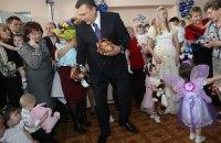 Янукович призывает взрослых задуматься о детях