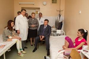 Янукович навестил пострадавших от взрыва детей