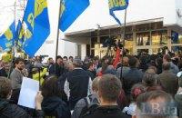 Здание МВД в Киеве пикетируют 15 тыс человек