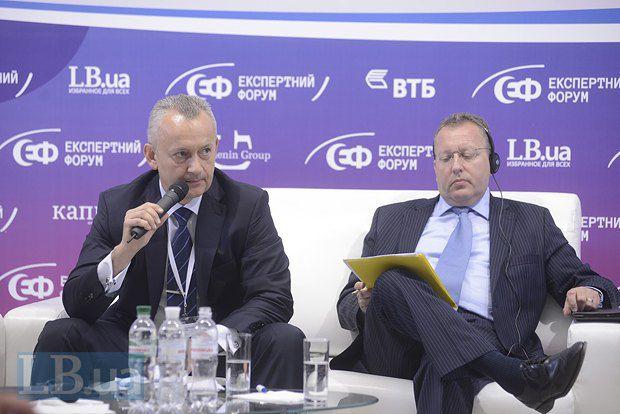 Вадим Пушкарев(слева), глава правления ПАО «ВТБ Банк» и Джок Мендоза-Вилсон, директор по международным связям и отношениям с инвесторами «СКМ»