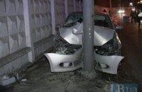 В Киеве автомобиль такси вылетел на тротуар и протаранил столб