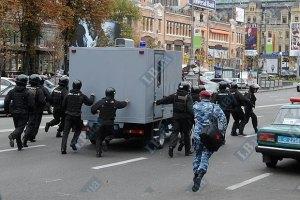 """""""Беркут"""" не подпустил митингующих к автозаку, Тимошенко отвезли в СИЗО"""