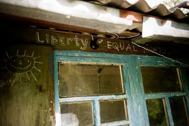 </p> <p>«Свобода, равноправие, справедливость» - гласит надпись на домике маркетолога Андрея Ковалевского. Сам он выбрал свободу, поэтому проводит в Ромашках всё меньше времени