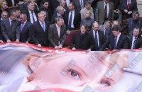 Януковичу пришлось выступать под крики оппозиции