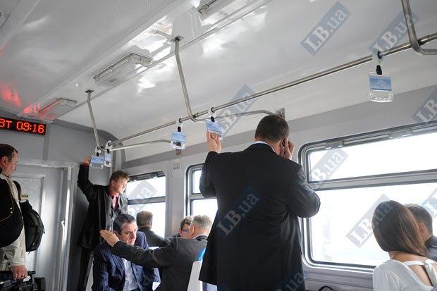 Сегодня премьер-министр Николай Азаров первым прокатился на кольцевой электричке вокруг Киева.