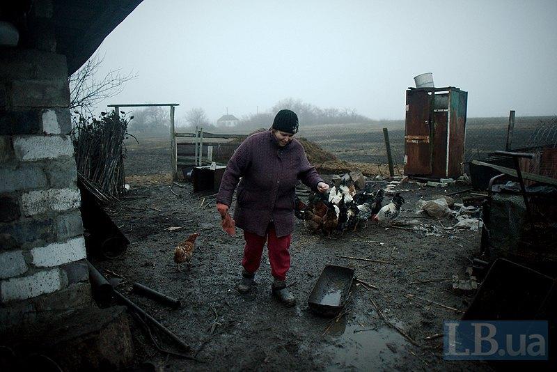 Людмила Василівна на своєму подвір`ї в Кам`янці