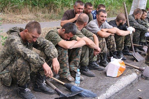 Полонені українські військові на прибиранні в м.Сніжне