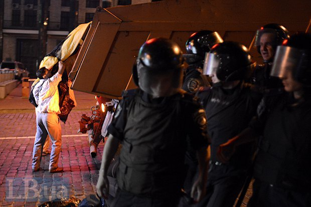 милиция под прикрытием Беркута утащила палатки и загрузила их в грузовик