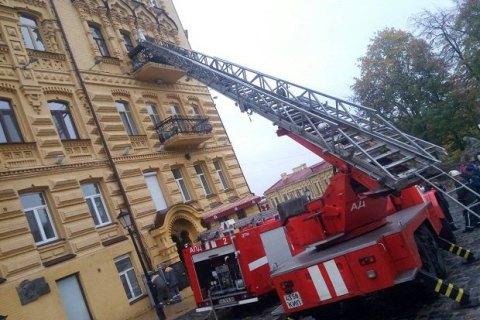 Изгорящего дома наАндреевском спуске cотрудники экстренных служб вытянули двоих детей