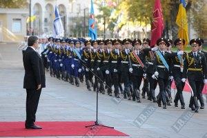 Янукович приказал ежегодно повышать военным соцстандарты