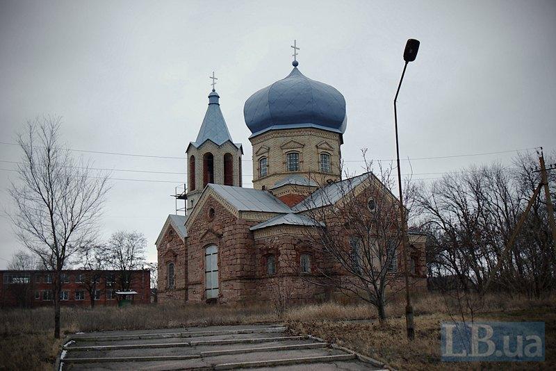 Вціліла церква навпроти будівлі школи, в яку влучив снаряд