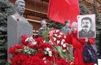 Москвичи засыпали гвоздиками могилу Сталина на Красной площади