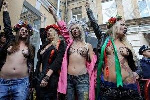 Активисток FEMEN задержали и увезли в автозаке