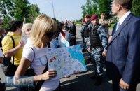 """Под забором """"Межигорья"""" журналистов встретил """"Беркут"""""""
