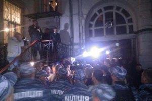 При штурме отдела милиции, в котором держат Маркова, пострадали журналисты