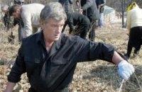 Ющенко по ночам чинит забор в Безрадичах