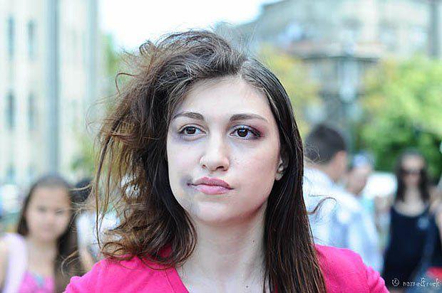 Активистка во время акции протеста против насилия в Харькове
