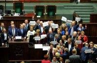 В Польше оппозиция требует доступа СМИ в Сейм и переголосования