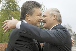 Янукович простил Лукашенко обиду и поздравил его с днем рождения