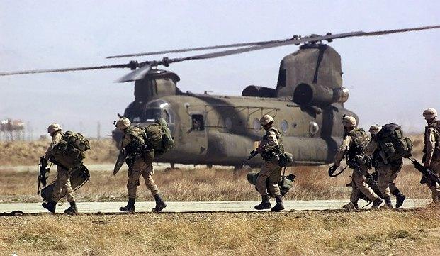 Американские солдаты на авиабазе неподалеку от Кабула в 2002 г.
