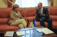 Яценюк пожаловался Меркель, что сидит на бомбе