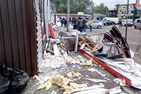 """Возле метро """"Позняки"""" повредили десятки киосков"""