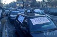 Автомобили с иностранной регистрацией перекрыли часть улицы возле Рады