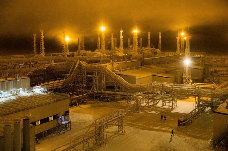 Ночь на газовой станции, полуостров Ямал, РФ.