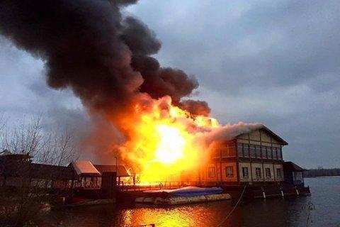 Возле моста Патона в Киеве горит плавучий ресторан
