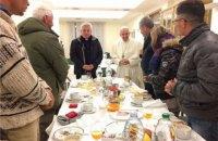 Папа Франциск в день 80-летия позавтракал с бездомными