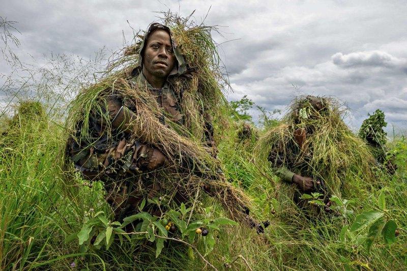 Смотрители национального парка Вирунга проходят военную подготовку из-за постоянной угрозы нападения боевиков, Демократическая Республика Конго.