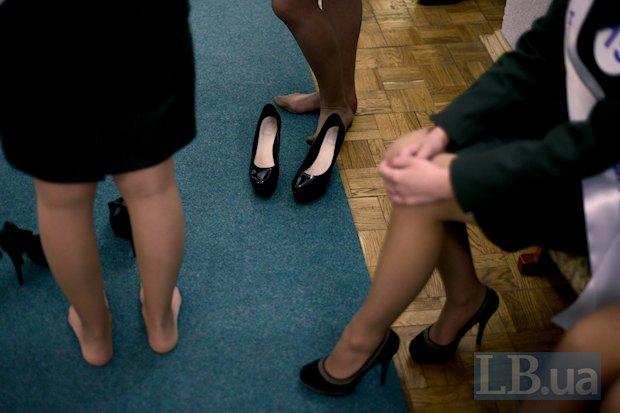 Девочки говорят, что их работа требует отваги. Я вам скажу, что такие туфли тоже требуют не рядового мужества