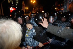 Тимошенко увезли под стычку милиции и митингующих
