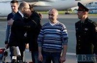 Яценюк встретил в Киеве освобожденных в Славянске инспекторов ОБСЕ